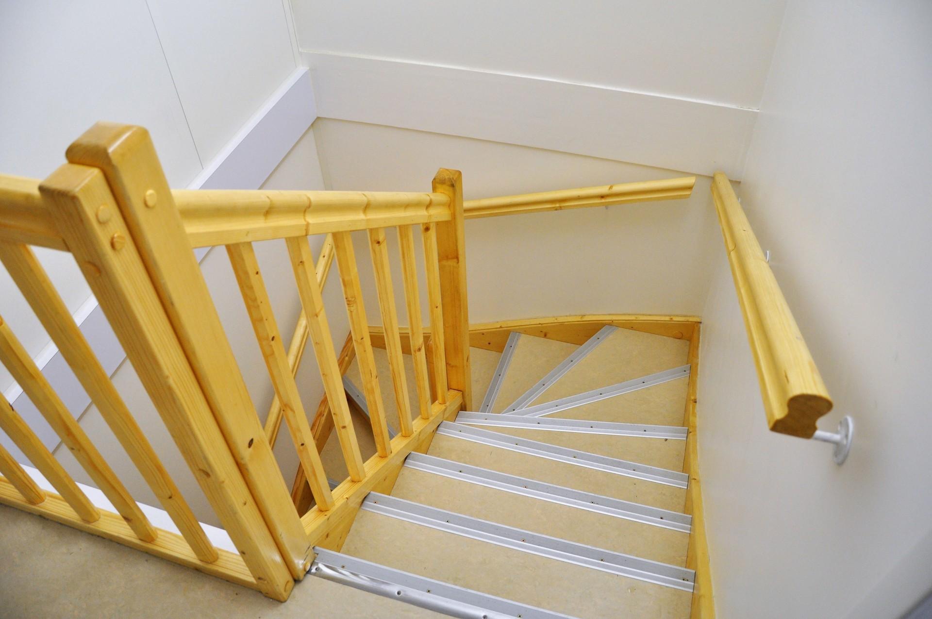 MENUISERIES INTERIEURES - Escalier en sapin 2 quarts tournants