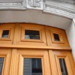 MENUISERIES EXTERIEURES - Porte d'immeuble en chêne (détail)
